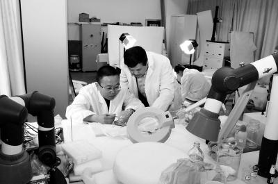 刘江卫与秦始皇帝陵博物院总工程师周铁(右)研究青州文物的修复保护。
