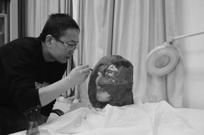 2010年,刘江卫用了近三个月修复这个俑头,其彩绘保存程度非常好。