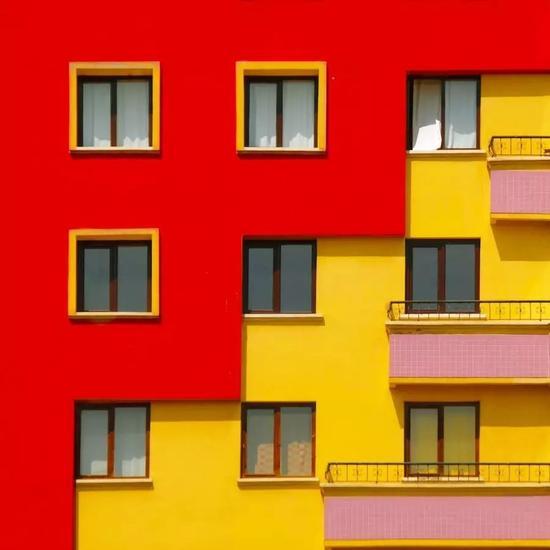 """""""这些几何形状、色块图案帮助我重新定义了规则,从而使这些建筑不再仅仅作为建筑而存在。"""