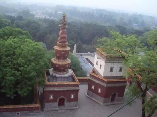 红色喇嘛塔(作者拍摄)