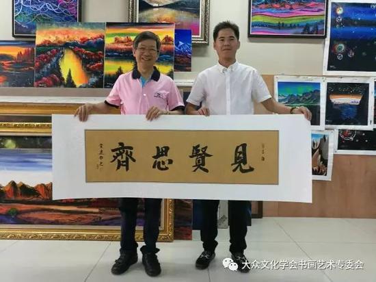 黄建南老师向江总赠送书法作品