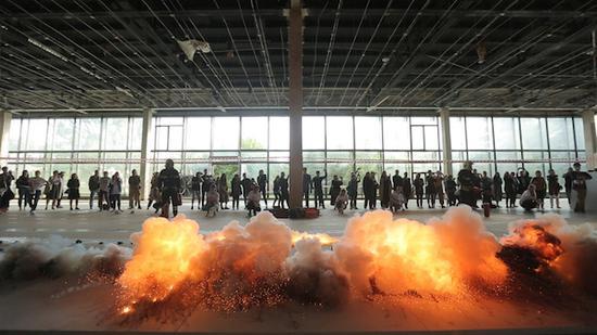 火药画《河流》爆破瞬间,全俄展览中心(VDNKh)22号馆,莫斯科, 2017年。33工作室拍摄,蔡工作室提供