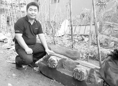 马志璞在村民谢先生家门前,与散落的石门簪合影。受访者供图