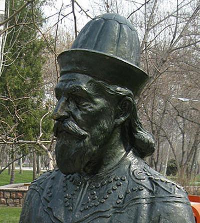 尼扎姆·莫尔克铜像