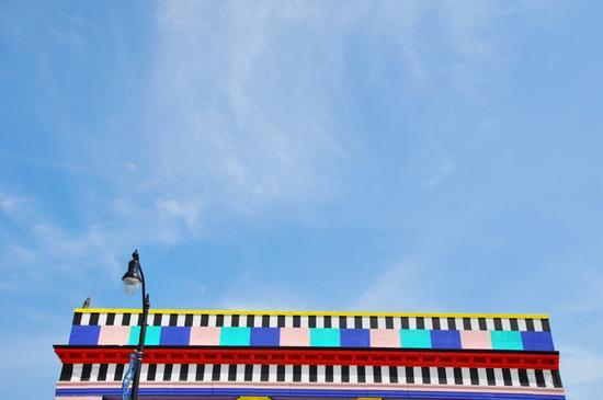 艺术家使用了一系列鲜艳的色彩交叉在黑色和白色之间