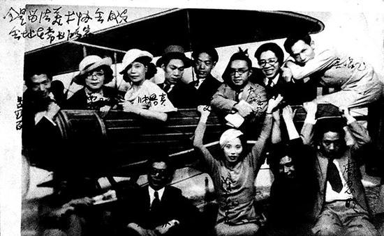 1930年代,留法华人艺术家协会成员在常书鸿家中合影