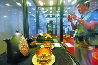 观众在文博会中外宫殿艺术博物馆展区内观看来自世界各地的文物及艺术品