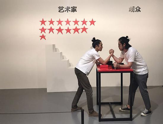 马仲怡(左)的行为作品