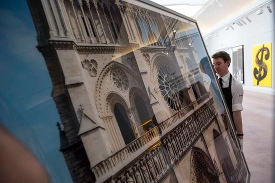 Thomas Struth的作品《2000 piece Notre Dame, Paris》被放在了苏富比拍卖行里。图片:致谢Rob Stothard / Getty Images