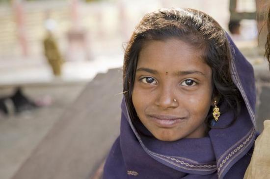 比哈尔州,一位戴着金耳环的19岁印度女孩乞丐 / 图片来源Flickr @Thomas R