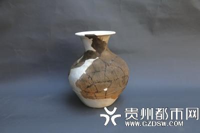 新石器时代陶器-喇叭口高领壶。