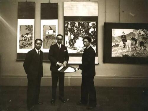 1933年徐悲鸿于巴黎网球场美术馆举行的中国画展厅內留影