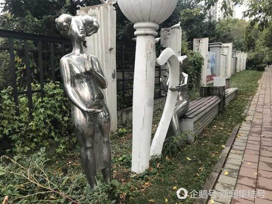 不锈钢雕塑与石膏雕塑搭配组合,扮倩路边景观带。