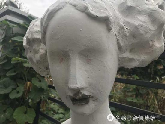 石膏雕塑嘴边被涂抹。