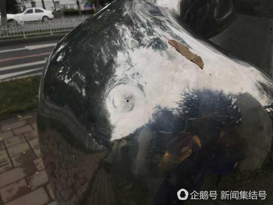 不锈钢雕塑肩膀被砸了一个坑。