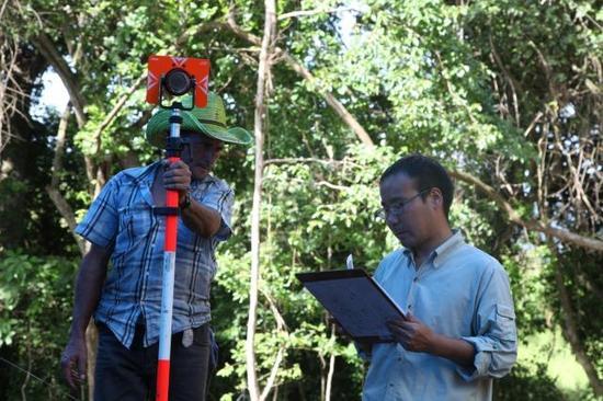 在科潘遗址的考古发掘现场,中方考古队员正在指挥当地工人使用电子全站仪进行三维测绘。社科院考古所供图