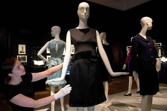 奥黛莉赫本穿过的黑色洋装