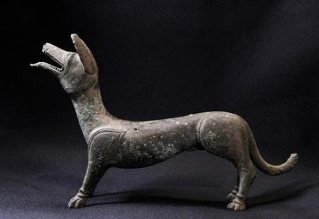 英国发现罗马时期铜制小狗。(图片来源:可移动文物计划/大英博物馆基金会)