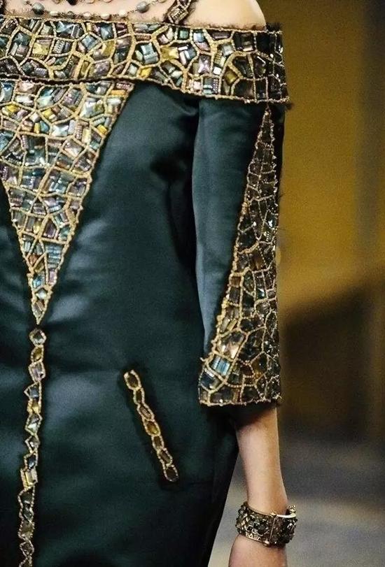 以拜占庭文化为灵感的服装设计中,也随处可见马赛克艺术的身影。