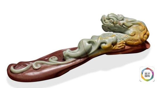 """8. """"螭龙腾云"""",由工艺美术大师彭祖述设计,依料取形,雕刻螭龙,紫白金青,浑然天成。"""