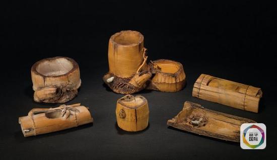 """9. """"竹魂""""观赏砚,选材为黄金裹玉俏色料,由工艺美术大师沈振云设计,以竹为灵感,造型生动,以假乱真,竹韵天成。"""