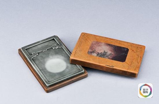 清末硝烟四起,松花石砚销声匿迹。直到上世纪70年代末,吉林省内才又发现并开采了松花石旧矿,使这一天然瑰宝重放异彩。