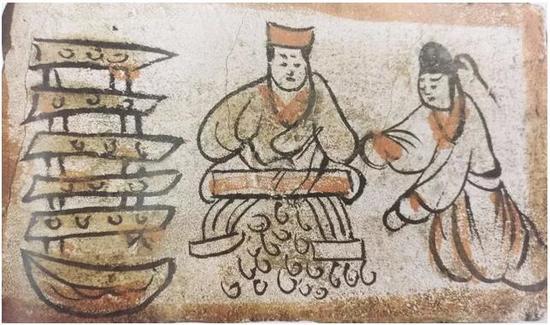 这边备着肉,那边需要备配菜,这位红帽子厨子刷刷刷,展示着他卓越的刀功,厨娘帮助他将切好的菜一份份备好,放在分格的架子上。