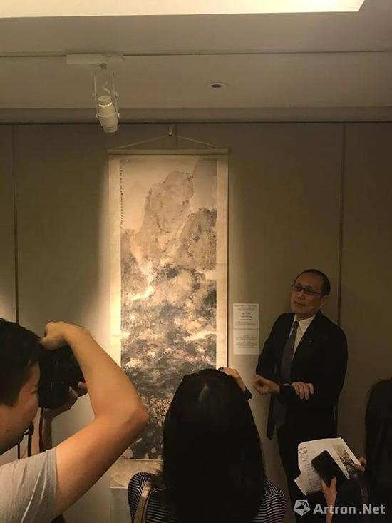 张超群在为媒体介绍傅抱石作品
