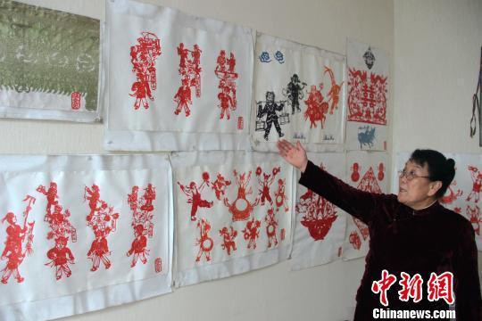 图为赵文花展示其剪纸作品。 燕武 摄