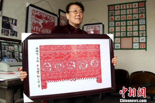图为赵文花展示其剪纸作品韩城文庙《五龙壁》。 燕武 摄