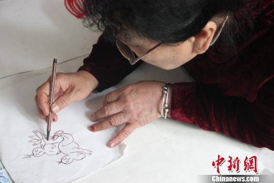 图为赵文花绘制《莲生贵子》。 阿琳娜 摄