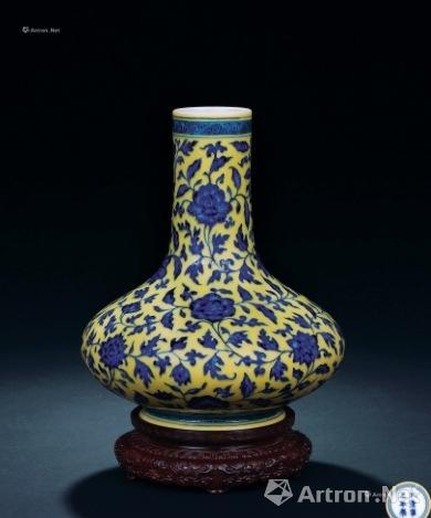 清雍正黄地青花缠枝花卉纹荸荠瓶 成交价:2760万港币