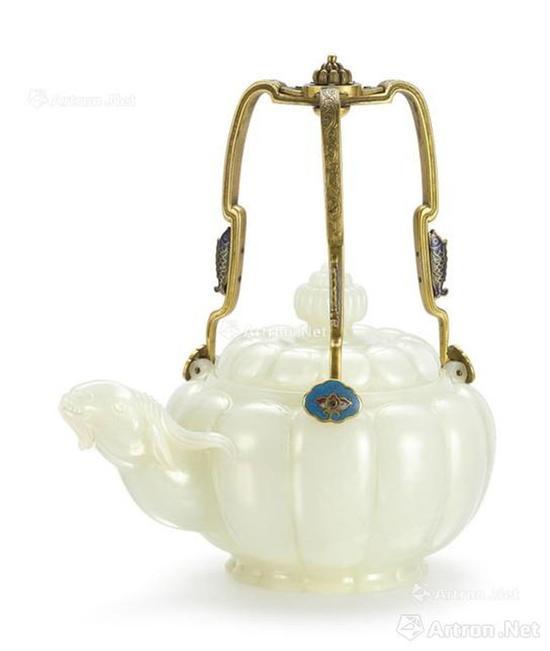 清乾隆 御制白玉瓜棱式羊首掐丝珐琅提梁茶壶,成交价:7547.5万港币