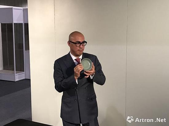 蘇富比亚洲区副主席、中国艺术部国际主管及主席仇国仕展示天价拍品