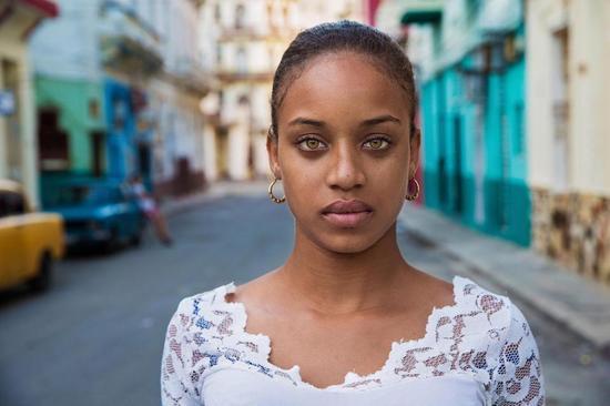 在古巴哈瓦那街头,她的相机留下了这个年轻美女的照片。