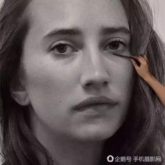 """美女艺术家用一根木炭条画出巨型""""黑白照片"""""""