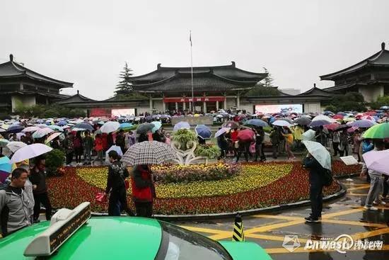 10月4日上午,天下着雨,陕西历史博物馆游客爆馆。