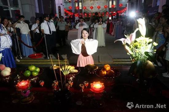 海南省博物馆举行古色古香的祈福拜月仪式。 南海网记者陈望摄