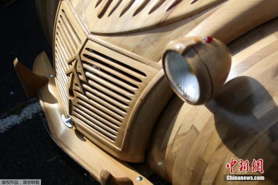 当地时间2017年9月23日,法国洛什,法国木工Michel Robillard用果木手工打造了一辆雪铁龙2CV汽车。