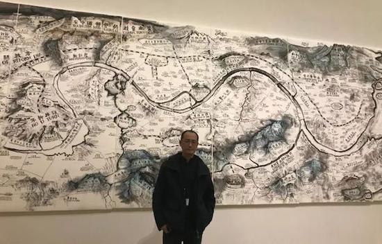 展览现场,邱志杰与其作品《地图》(2017)