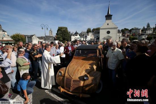 图为牧师为这辆奇特的汽车祈福。