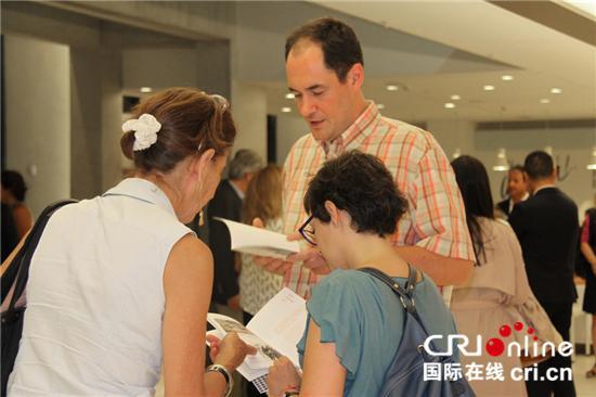 希腊观众通过阅读中国写意展览册页进一步了解中国