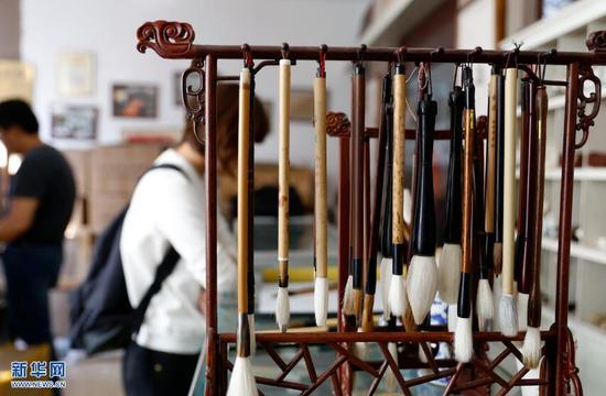 9月20日,胡魁章笔庄中顾客在选购毛笔。 新华网 姜冰摄
