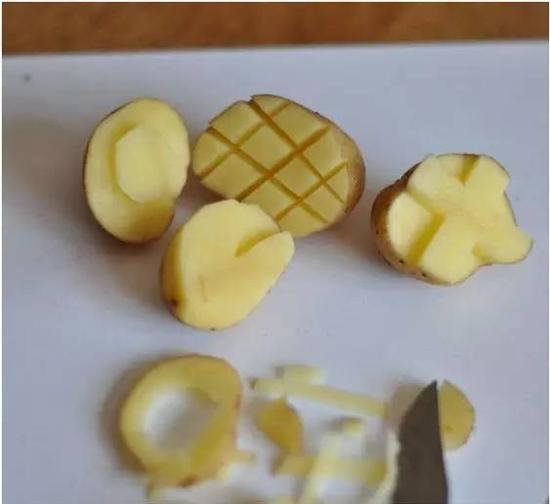 把土豆上面划成井字菠萝纹即可。菠萝肉和盖分开雕刻,用起来比较顺手,如果雕在同一块上面,上色的时候会比较麻烦。