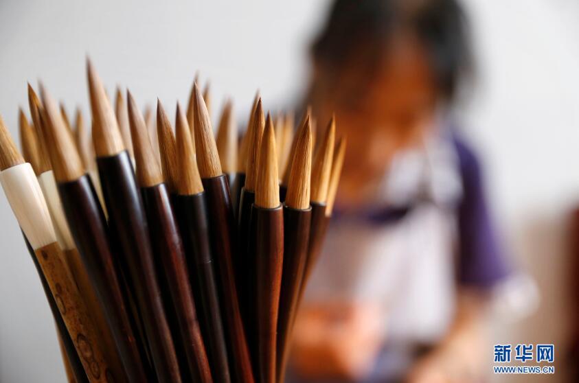 9月19日,张国茹和李世美制作完成的毛笔。新华网 姜冰摄