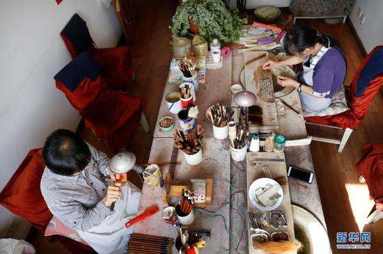 9月19日,两位传承人在制作毛笔。新华网 姜冰摄