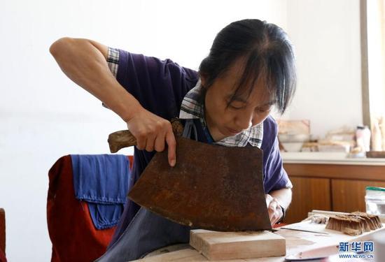 9月20日,李世美正在切苘麻。苘麻是一种植物纤维,在毛笔制作中用在笔头与笔筒的连接处。 新华网 姜冰摄