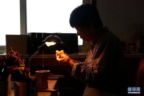 9月19日,张国茹在作坊里制作毛笔。 新华网 姜冰摄