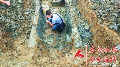 图为考古人员在清理现场