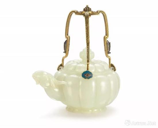 清乾隆白玉瓜棱式羊首掐丝珐琅提梁茶壶以7,550万港元成交    刷新玉雕世界拍卖纪录